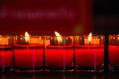 Velas ardentes em um templo budista, iluminação de rezar velas Fotos de Stock