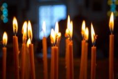 Velas ardentes em uma igreja ortodoxa Foto de Stock Royalty Free