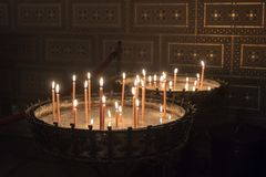 Velas ardentes na igreja Católica Imagem de Stock Royalty Free