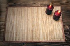 Velas ardentes na tabela de madeira da mesa com espaço da cópia Fotos de Stock Royalty Free