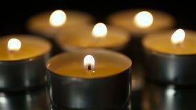 Velas ardentes no close-up, na religião e na fé da igreja, rezando para a alma filme