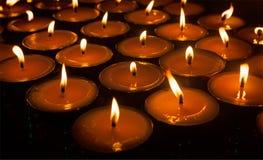 Velas ardentes no templo budista tibetano imagens de stock royalty free