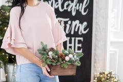Velas ardiendo Taller de la decoración de la Navidad con sus propias manos La caja de madera de la Navidad con el abeto ramifica  Fotos de archivo libres de regalías