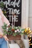Velas ardiendo Taller de la decoración de la Navidad con sus propias manos La caja de madera de la Navidad con el abeto ramifica  Foto de archivo