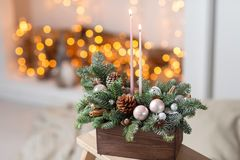 Velas ardiendo Taller de la decoración de la Navidad con sus propias manos La caja de madera de la Navidad con el abeto ramifica  Fotografía de archivo libre de regalías