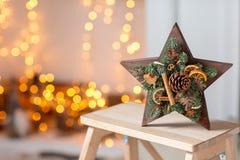 Velas ardiendo Taller de la decoración de la Navidad con sus propias manos La caja de madera de la Navidad con el abeto ramifica  Imágenes de archivo libres de regalías