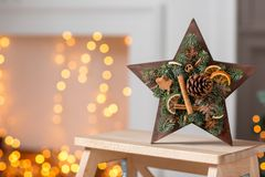 Velas ardiendo Taller de la decoración de la Navidad con sus propias manos La caja de madera de la Navidad con el abeto ramifica  Fotografía de archivo