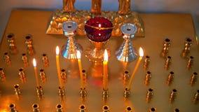 Velas ardientes antes del altar en la iglesia almacen de video