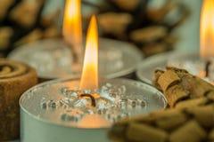 Velas ardientes con adornos de la Navidad Foto de archivo libre de regalías