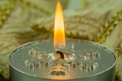Velas ardientes con adornos de la Navidad Fotografía de archivo libre de regalías