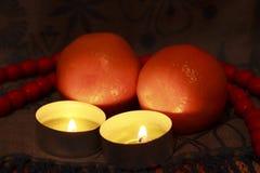 Velas ardientes con el jabón y las frutas sobre fondo oscuro Foto de archivo