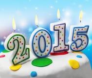 Velas ardientes con el símbolo del Año Nuevo 2015 en la torta Fotos de archivo libres de regalías