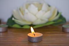 Velas ardientes con la flor Fotos de archivo libres de regalías