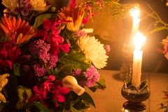 Velas ardientes con las flores Imágenes de archivo libres de regalías