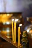 Velas ardientes de estatua de Buda Fotos de archivo libres de regalías