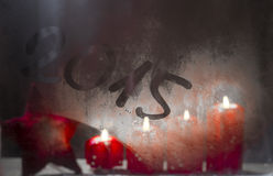 Velas ardientes del advenimiento en la ventana helada con el nuevo year 2015 Fotos de archivo