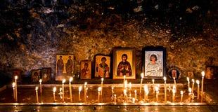 Velas ardientes e iconos religiosos Fotografía de archivo