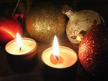 Velas ardientes el Nochebuena Foto de archivo libre de regalías