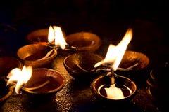 Velas ardientes en el altar en templo budista Imagen de archivo libre de regalías