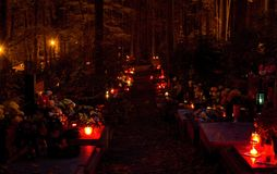 Velas ardientes en el cementerio Fotografía de archivo libre de regalías