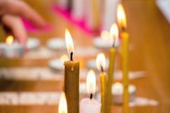 Velas ardientes en el templo, los días de fiesta religiosos y las tradiciones, wo Imagen de archivo libre de regalías