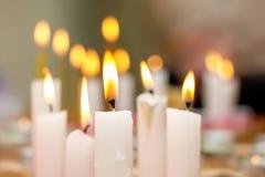 Velas ardientes en iglesia durante la adoración, observancia del religio Foto de archivo libre de regalías