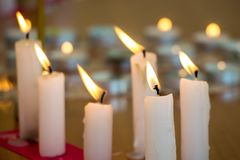 Velas ardientes en iglesia durante la adoración, observancia del religio Fotografía de archivo libre de regalías