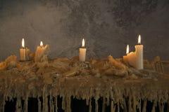 Velas ardientes en la cera derretida Muchos velas ardiendo Muchos velas ardiendo Foto de archivo libre de regalías