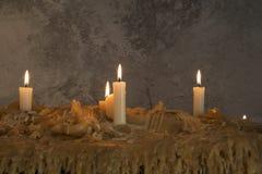 Velas ardientes en la cera derretida Muchos velas ardiendo Muchos velas ardiendo Fotos de archivo libres de regalías