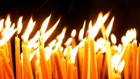Velas ardientes en la iglesia de Santo Sepulcro Fotos de archivo