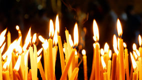 Velas ardientes en la iglesia de Santo Sepulcro Fotos de archivo libres de regalías