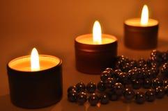 Velas ardientes en la noche Fotos de archivo libres de regalías