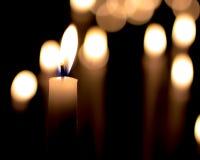 Velas ardientes en la obscuridad Fotos de archivo libres de regalías