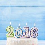 Velas ardientes 2016 en la torta Fotos de archivo libres de regalías