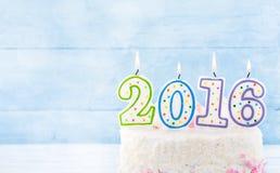 Velas ardientes 2016 en la torta del lado derecho Foto de archivo