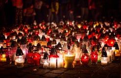 Velas ardientes en un cementerio durante Día de Todos los Santos foto de archivo