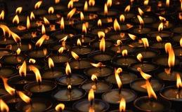 Velas ardientes en un templo budista Imagenes de archivo