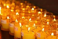 Velas ardientes en un templo budista Fotos de archivo libres de regalías
