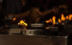 Velas ardientes en un templo budista Foto de archivo libre de regalías