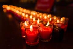 Velas ardientes en un templo budista, iluminación de velas de rogación Imagenes de archivo
