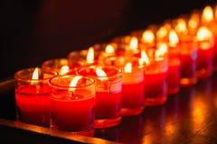 Velas ardientes en un templo budista, iluminación de velas de rogación Imagen de archivo libre de regalías