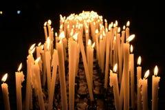 Velas ardientes en una catedral de Milano, Italia. Foto de archivo
