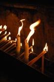 Velas ardientes en una iglesia Foto de archivo libre de regalías
