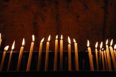 Velas ardientes en una iglesia Imagen de archivo libre de regalías