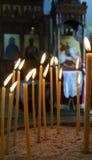 Velas ardientes en una iglesia Imagenes de archivo