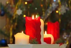 Velas ardientes en una noche de la Navidad Imagenes de archivo