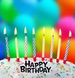 Velas ardientes en una torta de cumpleaños Foto de archivo libre de regalías
