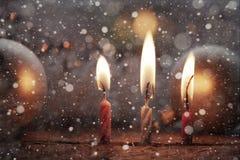 Velas ardientes, nieve Imagen de archivo libre de regalías
