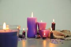 Velas ardientes púrpuras Imagenes de archivo