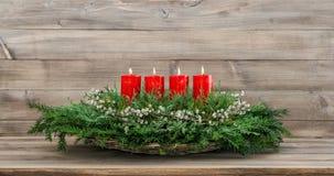 Velas ardientes rojas de la decoración cuatro del advenimiento Fotografía de archivo